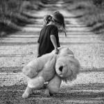 petite fille seule marchant sur un chemin avec une peluche images photos gratuites
