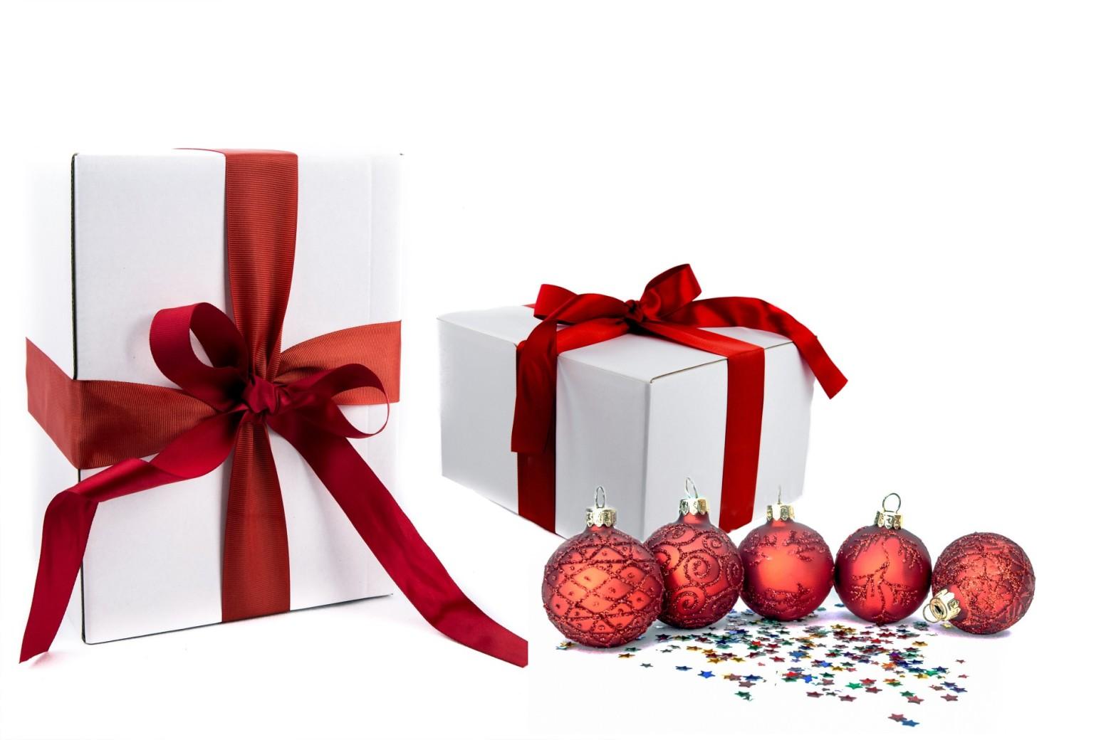 paquet cadeau de noel boules d coration photos gratuites images gratuites et libres de droits. Black Bedroom Furniture Sets. Home Design Ideas
